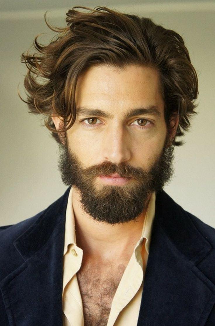 Si vous voulez avoir la tendance du moment, vous allez pouvoir opter pour une coupe de cheveux mi long homme avec nuque et côtés de la tête rasés et avec un